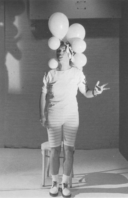 Carmelita y el sombrero de globos de helio. Foto de Dona Ann McAdams