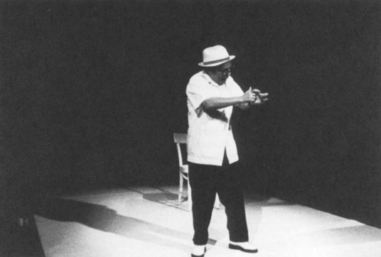 "Pingalito recita ""Oda al hombre cubano"". Foto de Dona Ann McAdams"