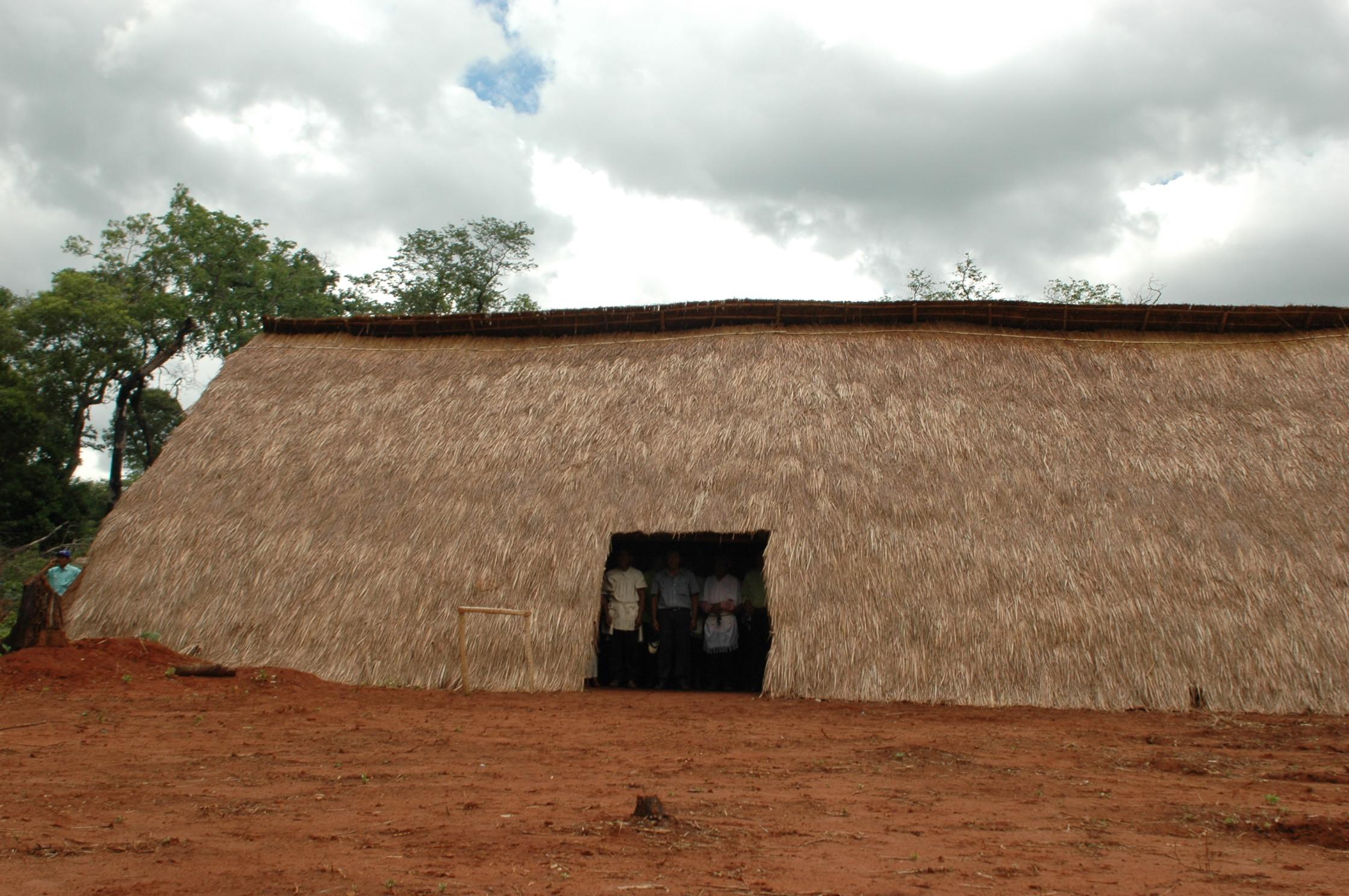 Óga jekutu. Casa ceremonial paĩ tavyterã, guarani. Fotografía: Rocío Ortega. Jaguati, Departamento de Amambay. 2011.