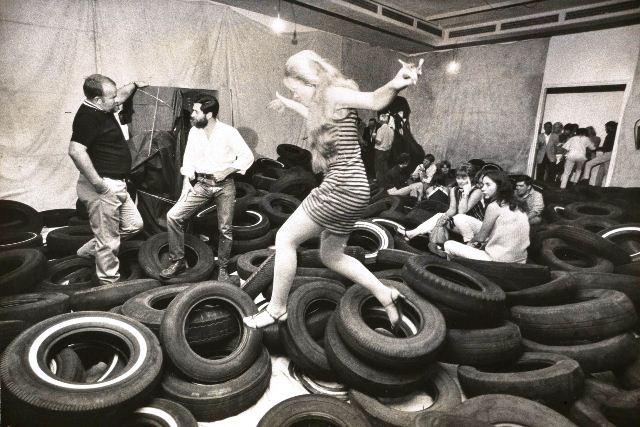 """Allan Kaprow en su environment """"Yard"""" (1967)"""
