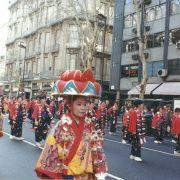 Desfile del Centenario de la Inmigracion Okinawense (2008). Kimonos bingata en primer plano. Crédito: Silvina Gottschalk.