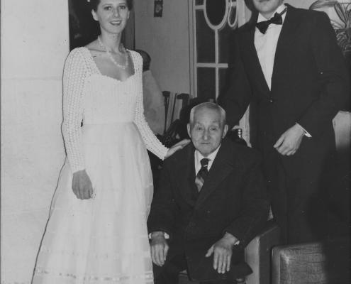 Mi mamá y mi papá el día de su casamiento junto a José, en la casa de mis abueles paternes. 21/6/1984.