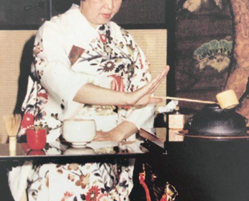 Arimidzu sensei Soe. Demostración de ceremonia del té en el Museo de Arte Oriental (MNAO), Buenos Aires, 1992.
